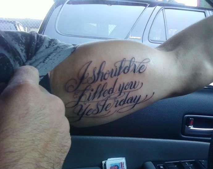 мужская татуировка в виде надписи