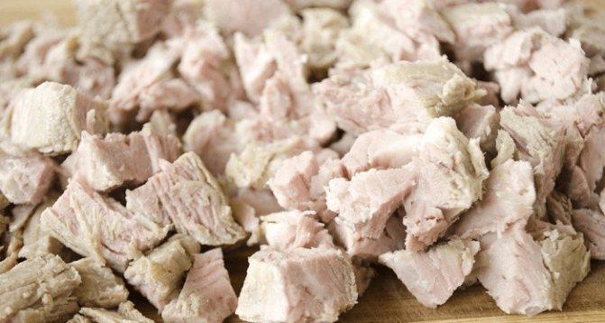 Мясо снимаем с кости и нарезаем