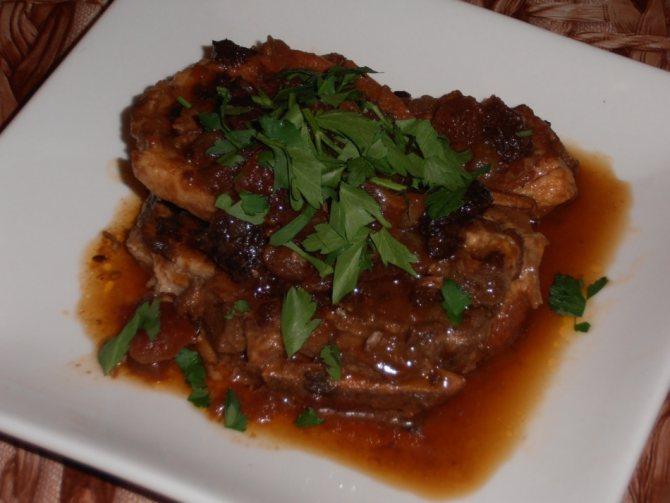 Мясо свинины с подливкой с кетчупом на сковороде