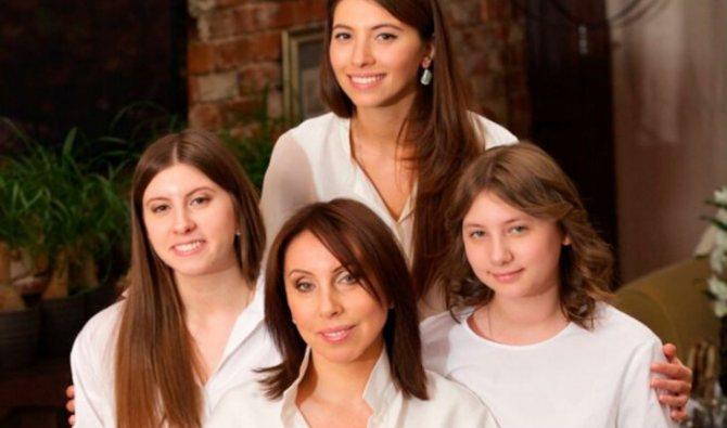 На фото: Ирина Меладзе с детьми Валерия