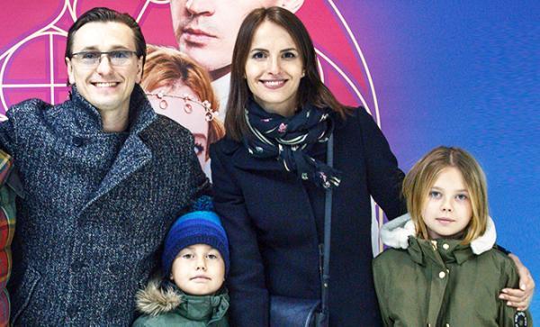 На фото: Сергей Безруков с Анной Матисон и старшими детьми