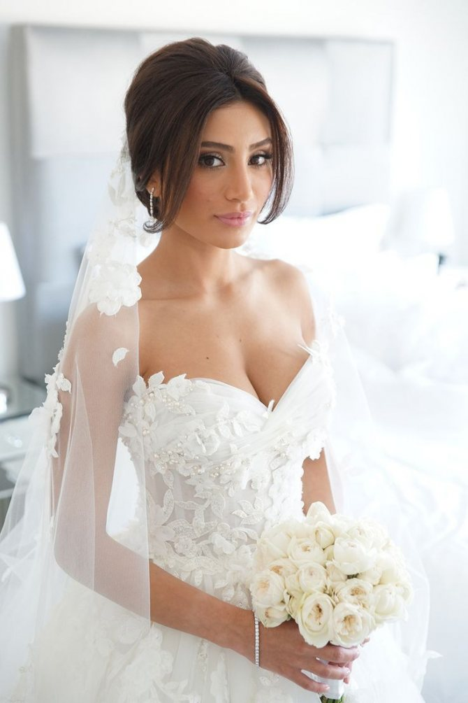 На фото: свадебные прически с фатой.