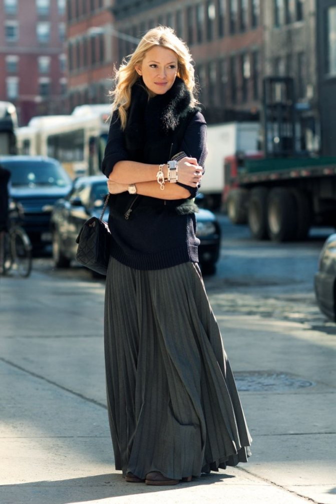На фото: юбка длиной макси - скрывает кривизну ног.