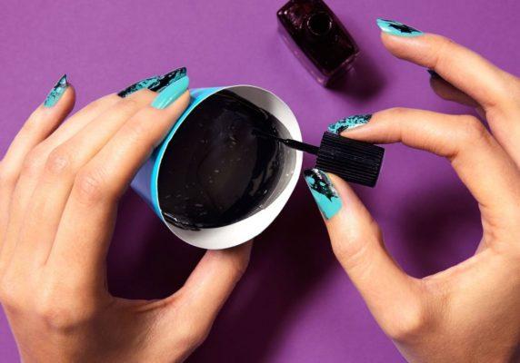 На поверхности жидкости растворить три-пять капель одного цвета