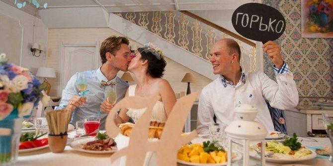 На свадебных торжествах гости кричат горько