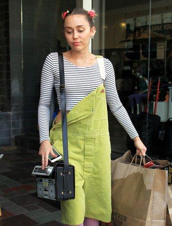 Начав снова встречаться с Лиамом Хемсвортом, Майли Сайрус сменила свой стиль и стала одеваться скромнее