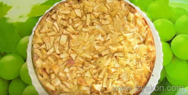 Наливной пирог со свежими яблоками на кефире запекайте полчаса в духовке