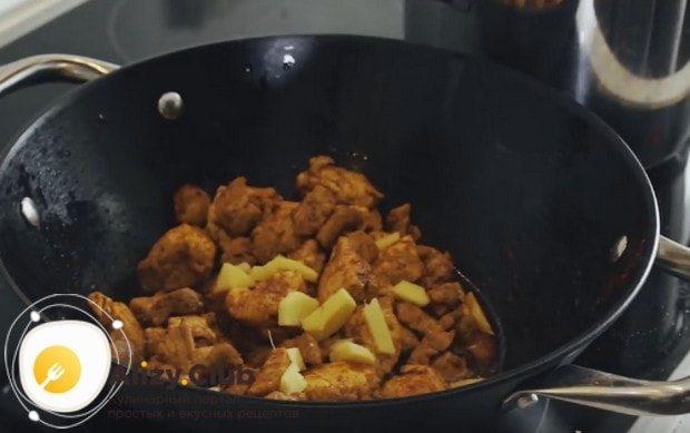 Нарезаем кусочками имбирь и добавляем к мясу.