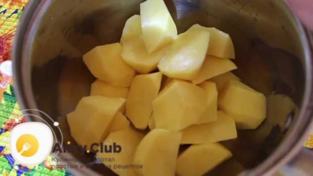 Нарезаем подготовленный картофель на небольшие куски