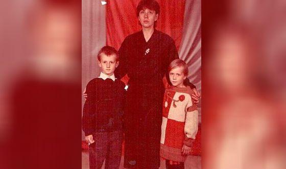Настя Терехова (настоящее имя Настасьи Самбурской) с мамой и братом