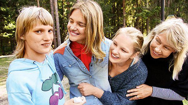 Наталья Водянова с сестрой и мамой