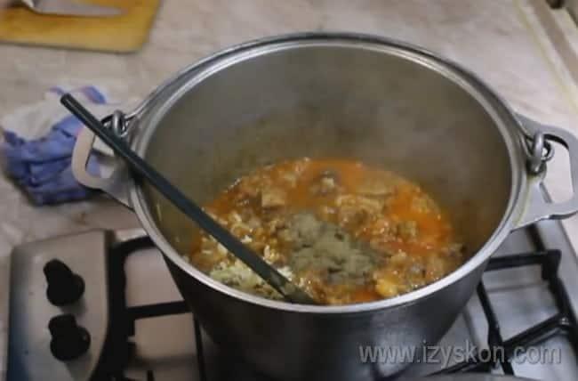 Не забудьте добавить чеснок, чтобы приготовить настоящий харчо из говядины по-грузински.