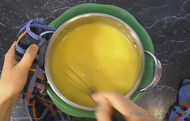 Не забывайте помешивать крем для бисквитного торта со сгущенкой даже во время охлаждения.
