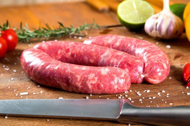 Некоторые хозяйки советуют пропускать мясо через мясорубку не менее четырех раз, иначе вместо сосисок получится домашняя колбаса