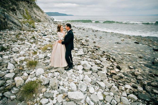 Необыкновенные пейзажи озера Байкал идеально подходят для проведения свадебного торжества.