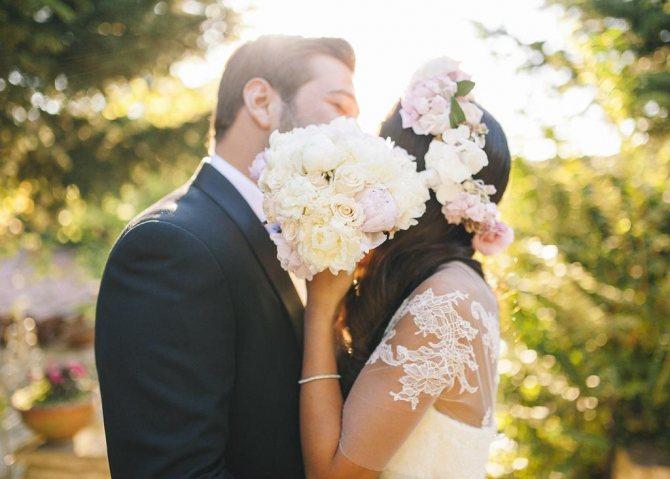 Невеста целует жениха.