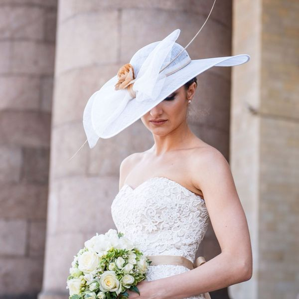 невеста с букетом и в шляпе
