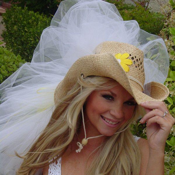 невеста в ковбойской шляпе с фатой