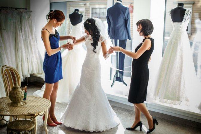 Невесте необходима поддержка подруги в день свадьбы