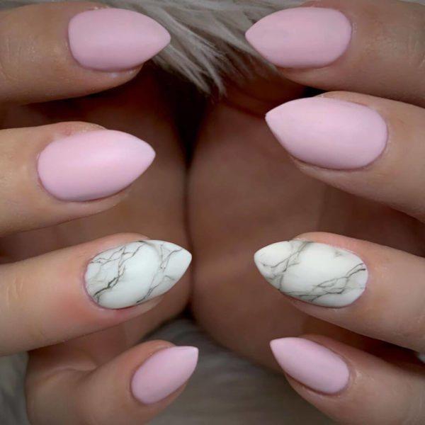 Нежно-розовый мраморный маникюр