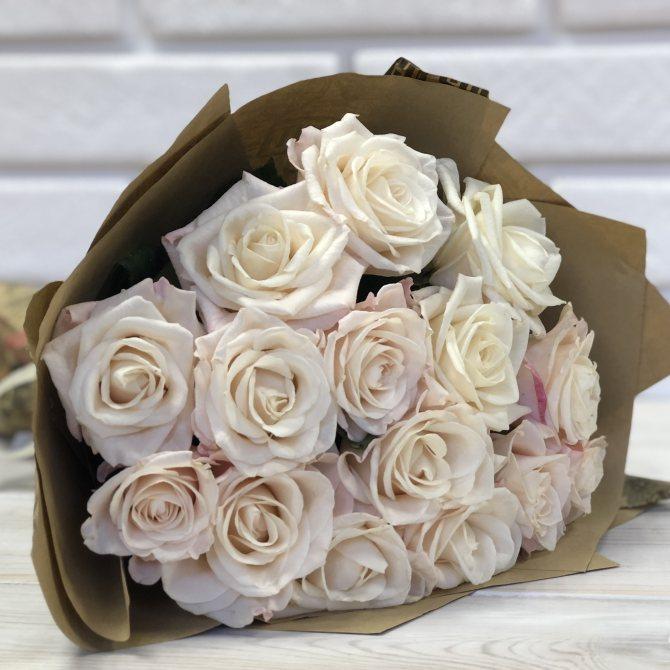 Нежные розы для свадебного подарка