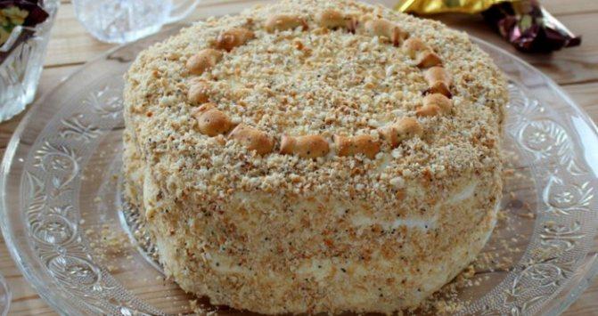 нежный десерт из печенья и фруктов