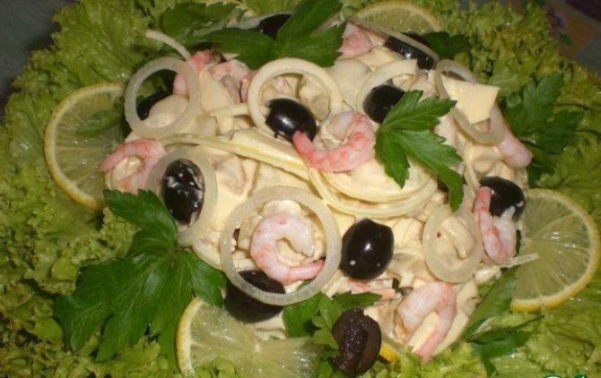 Низкокалорийный салат на праздник с креветками