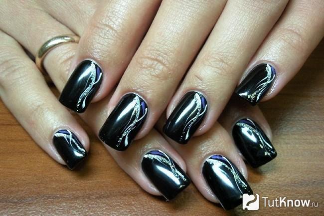 Ногти с чёрным маникюром крупным планом