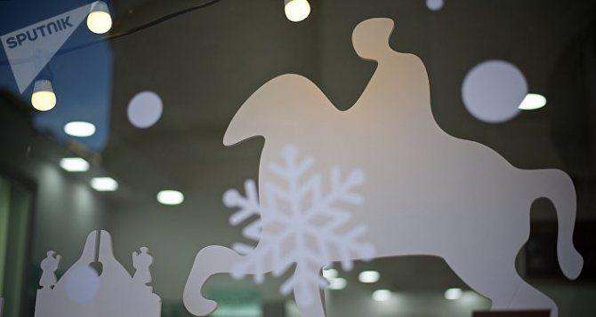 Новогодние украшения в витрине магазина