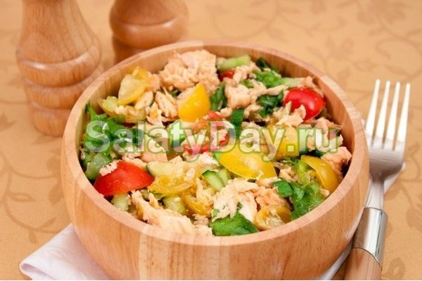 Новогодний салат с запеченной семгой