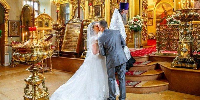 Новоиспеченные супруги закрепляют поцелуем венчальный брак