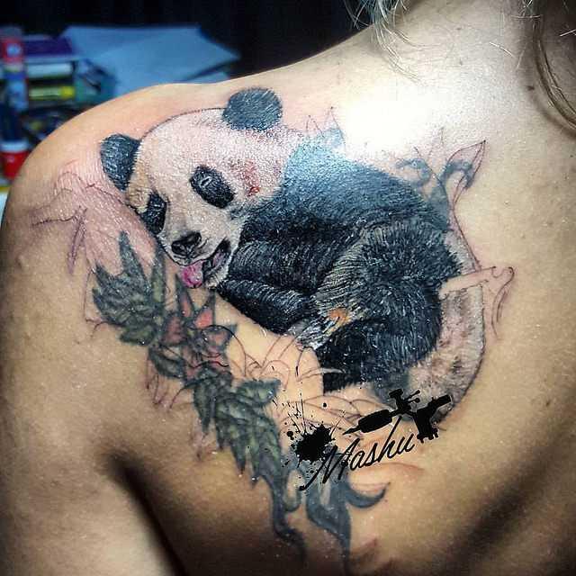 Обаятельный медведь панда нашел путь к сердцам самых суровых почитателей тату культуры. Его шарм способен расположить к себе любого зрителя. Несмотря на свой комичный внешний вид панда остается сильным зверем, способным на атаку. Двойственная натура мишки стала мемом в мире татуировок. Тату панда значение Предположительно тату панда появилось на рубеже 70-х годов. Животное получило свое место в пантеоне геральдических зверей тату благодаря распространению хики. Это течение было связано с преображением граффити. Появляющиеся рисунки несли аллегорический смысл, строились по принципу противоречия. Все что символизирует панда как бы делится на 2 половины. С одной стороны это миролюбие, дружба и светлые помыслы. С другой пушистый зверек воплощает скрытые намерения, агрессию и кипящие страсти желающие выйти наружу. Такое значение панда приобрела после случая в 1978 году, когда смотритель лондонского зоопарка попытался отобрать игрушку у животного. Предмет попал в вольер по случайности, но медведю она сильно понравилась. Желая защитить приобретение пушистое создание покусало и серьезно поранило человека. Тату панда значение для парней и девушек Изображение на теле для девушек несет значение творческой личности готовой к непредсказуемым поворотам судьбы. Фигура может изображаться в центре мандала, такая тату панда значение несет умиротворение и гармония. Образ зверя несет значение для мужчин в качестве аллегории мягкости и агрессии. Рассматривая характер изображения легко понять его смысл. Если пушистый медведь занимается привычными занятиями, это положительный знак. Владелец любит юмор и не склонен к опрометчивым действиям. Панда с оскаленной мордой символ предупреждения, носитель не намерен терпеть вмешательство в свое внутренне пространство. Панду с банданой часто красного цвета набивают путешественники. Прародителем образа стала игрушка, сделанная для завода Steiff в 1938 году. Первый экземпляр стал участником международной выставки и объехал весь Мир. Варианты татуиров