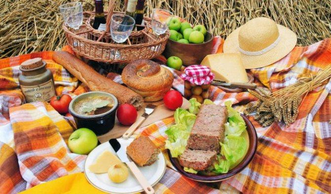 обеденные стол из продуктов, приготовленных дома в дорогу на автомобиле