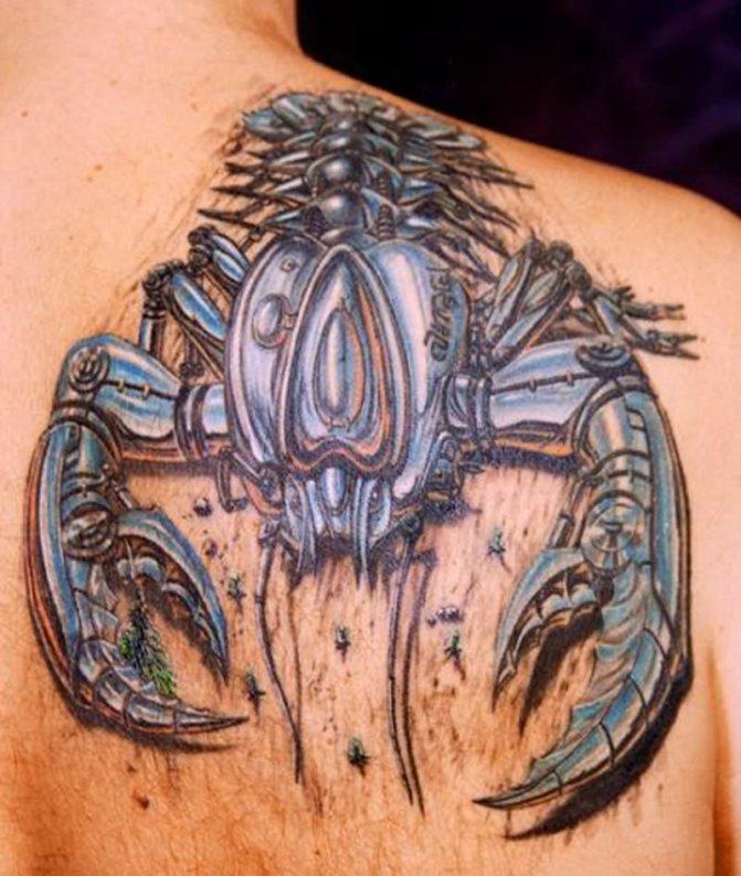 Объёмная татуировка на мужской лопатке