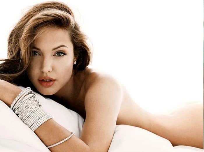 Обнаженная Джоли лежит в кровати