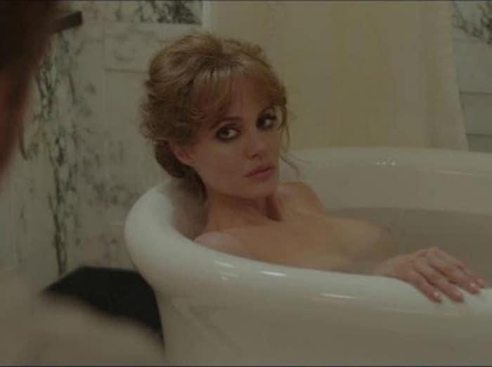 Обнаженная Джоли лежит в ванной