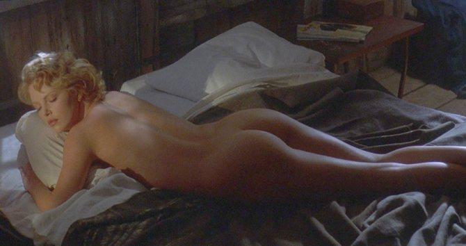 Обнаженная Шарли валяется в постели