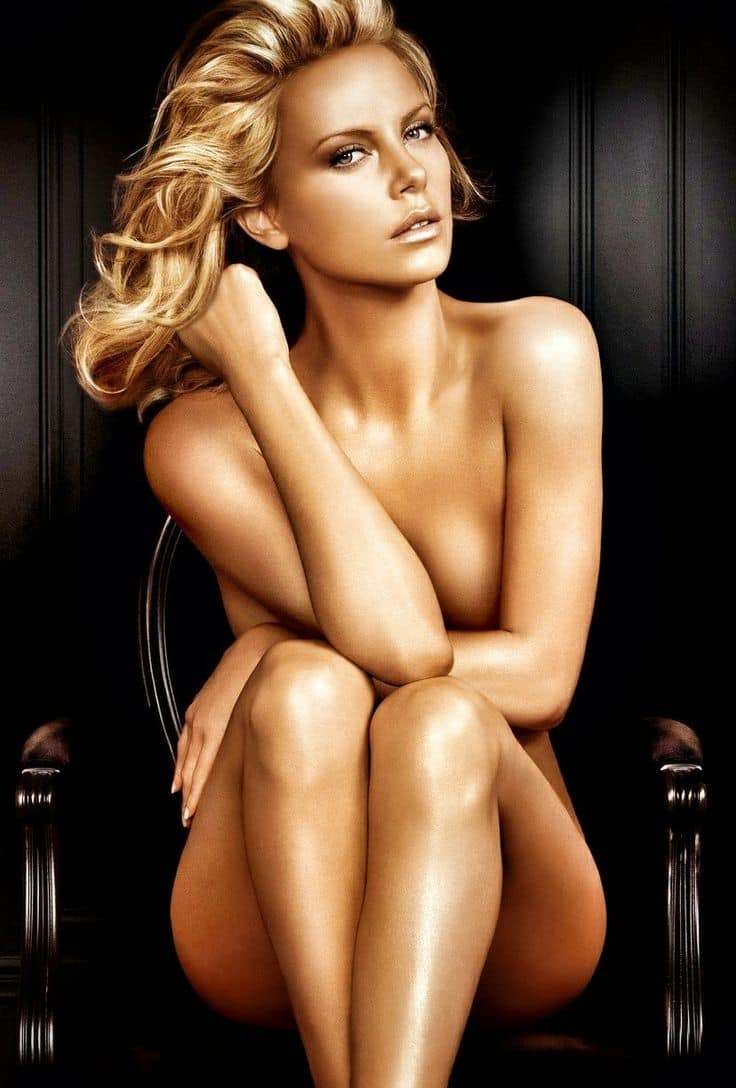 Обнаженная золотая блондинка Шарли сидит на черном кресле