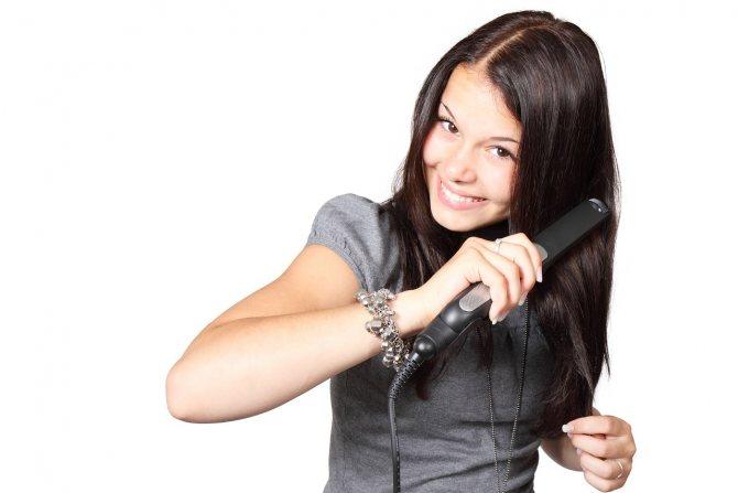 Общее состояние организма влияет на состояние волос. Эта связь особенно хорошо прослеживается во время болезни. Для сохранения и поддержания естественной красоты волос нужно следить за общим состоянием организма и рационом питания. В погоне за стройностью мно меню массу полезных продуктов, тем самым нанося вред коже, ногтям и волосам. По – этому современные диетологи советуют придерживаться Полноценность и сбалансированность ежедневного питания благоприятно влияет не только на организм в целом но и на здоровье и красоту волос, кожи и ногтей. Каждый день наше меню должно состоять идеального сочетания жиров, белков и углеводов. Сухость, ломкость, выпадение, потеря блеска волос признаки недостатка витаминов в организме. К счастью аптеки предлагают огромное количество разнообразных витаминно – минеральных комплексов необходимых для красоты и быстрого роста волос и ногтей, а также здоровой коже. Чистота – основа ухода за волосами. В связи с разными типами кожного покрова головы, частота мытья индивидуальна. То есть мыть голову нужно по необходимости. Но во всём нужна мера, потому как слишком частое мытье может пересушить кожу головы и вызвать перхоть. Так же не следует злоупотреблять электрическими средствами для сушки и укладки волос. Приветствуется использование бальзамов и ополаскевателей для волос, как покупных так и домашних – самодельных. Красота дело не легкое требующее каждодневного ухода и заботы. Если состояние ваших волос не приносит удовольствия – стоит не откладывая принять необходимые меры для улучшения состояния организма.
