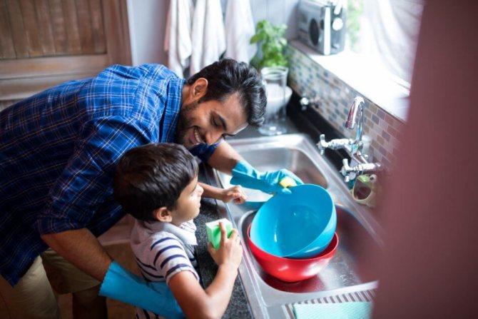 Обязанности мужа и жены: кто зарабатывает на жизнь, а кто моет посуду, фото