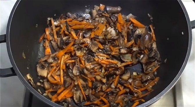 обжариваем лук с морковью и грибами для грибного супа