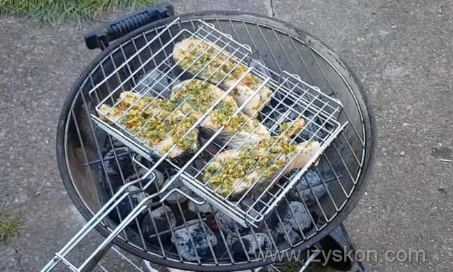 Обжариваем стейки из рыбы на гриле с одной стороны