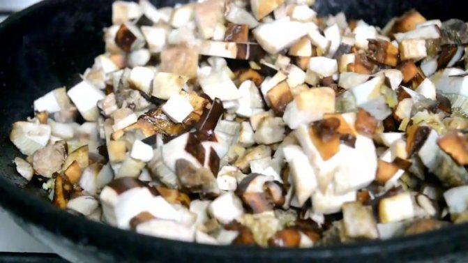 обжарьте грибы с луком