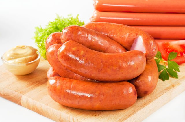 Очень важный момент в процессе приготовления сосисок — достаточное измельчение мяса и получение гладкого однородного фарша