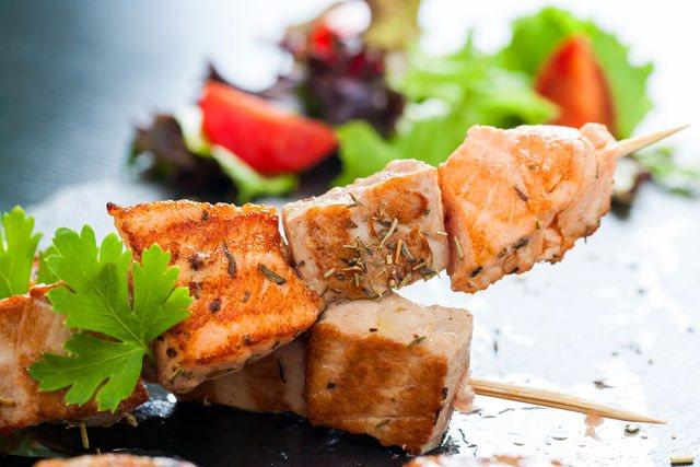 Очень вкусным получается тунец, запеченный в духовке или на гриле