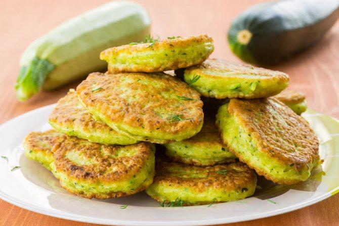 Очень вкусными получаются оладушки из кабачков и картофеля, которые запекаются в духовке