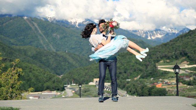 Одно из самых красивых мест в России для свадьбы – Красная Поляна, где торжество можно провести и летом, и зимой.