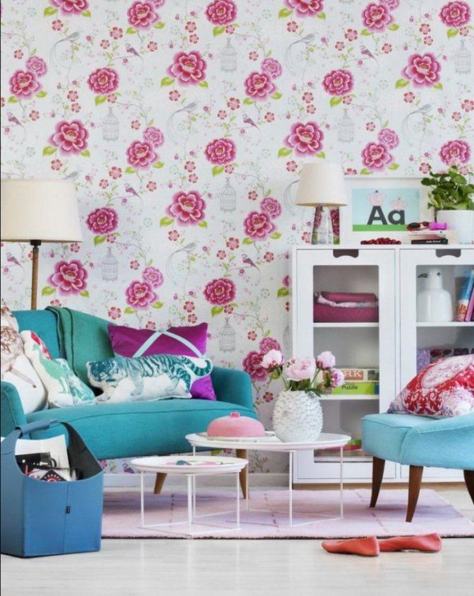 оформление стен обоями с малиновыми цветами