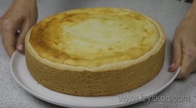 Охладите вкусный пирог с творогом и подавайте к столу.