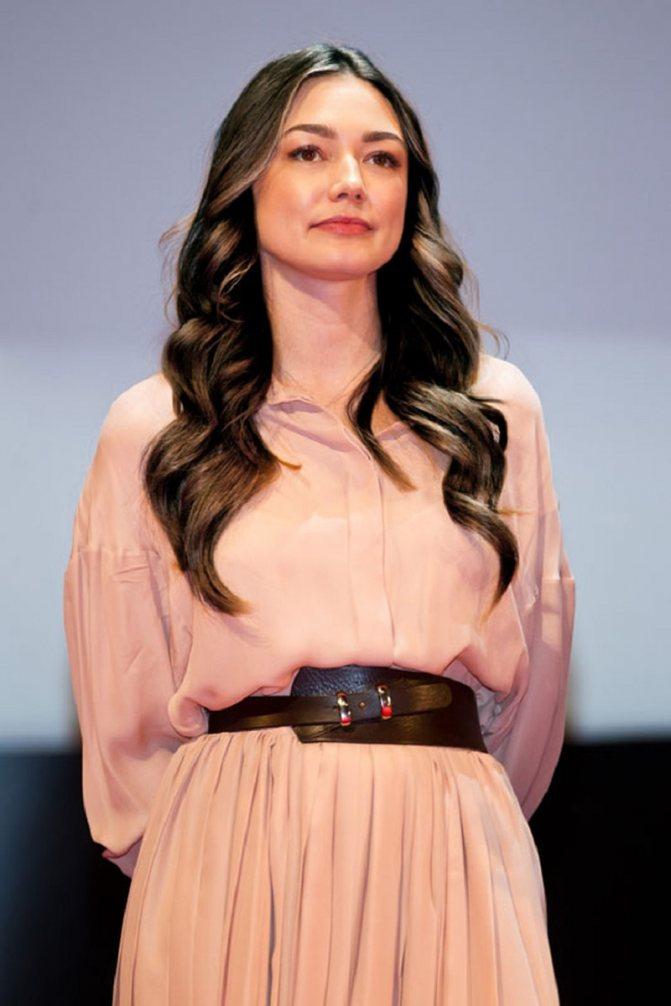 Оксана Акиньшина (брюнетка)